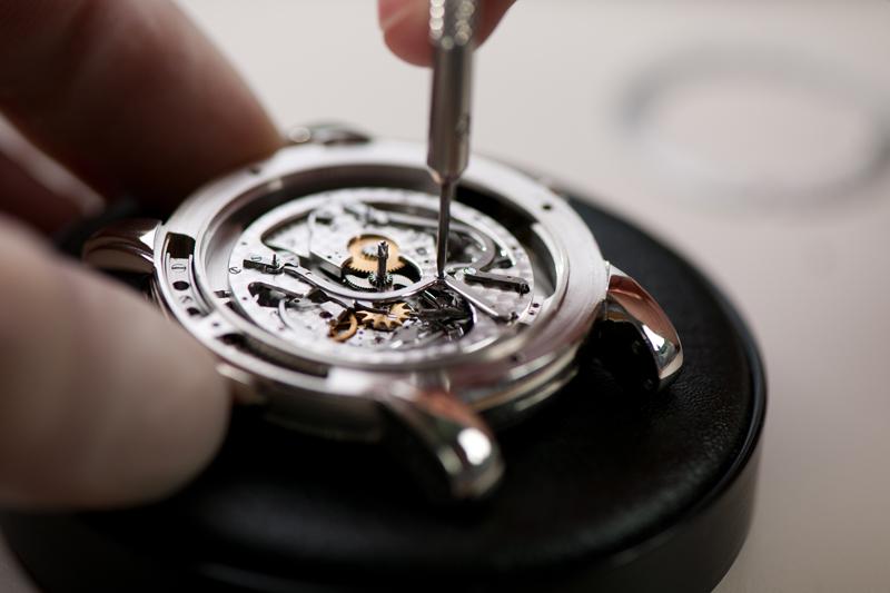 Процесс разборки механических часов